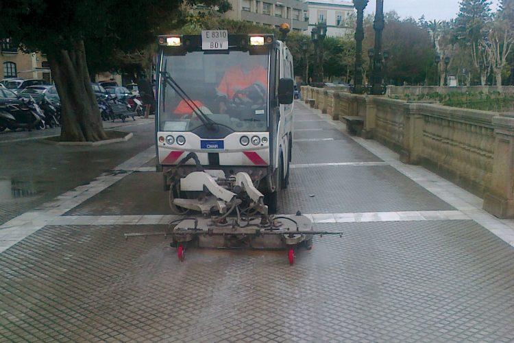 máquina limpieza aceras calles Cádiz