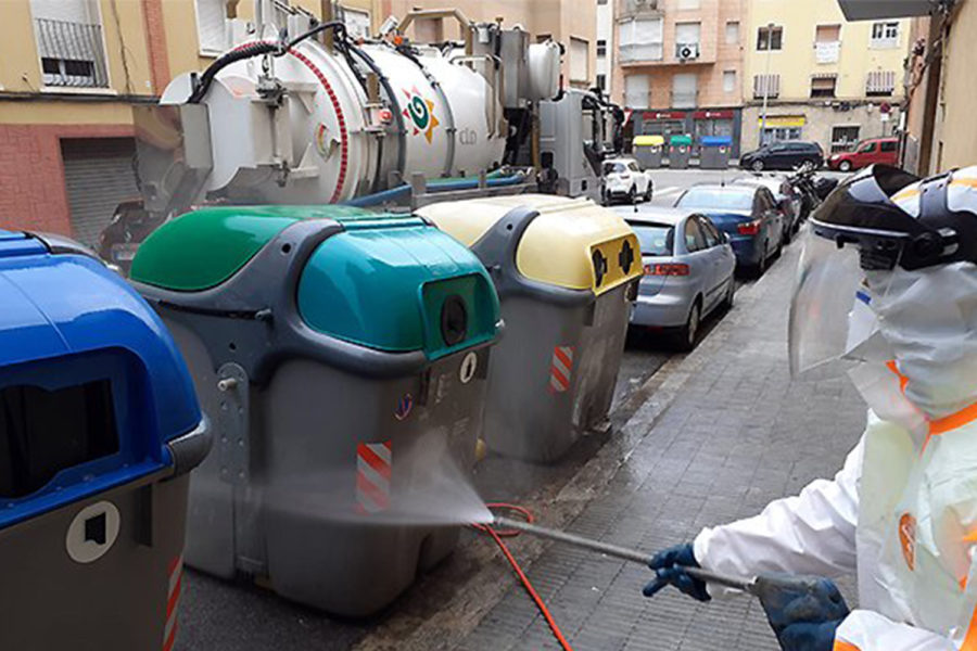 limpieza contenedores, agua presión, resuduos urbanos, coronavirus. Prevención de riesgos COVID.